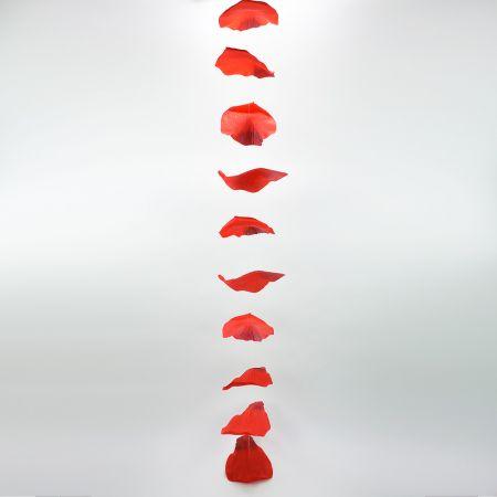 Διακοσμητική γιρλάντα με 10 ροδοπέταλα κατασκευασμένα από ύφασμα.