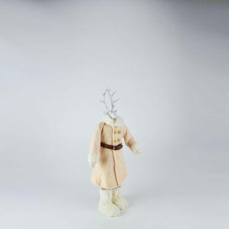 Διακοσμητικός τάρανδος κατασκευασμένοα από συνθετικό υλικό με υφασμάτινο παλτό.
